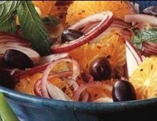Apelsinų ir raudonųjų svogūnų salotos su kuminu