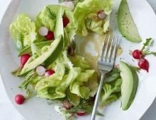 Pavasarinės salotos su šviežiais ridikėliais, avokadais ir garstyčių padažu