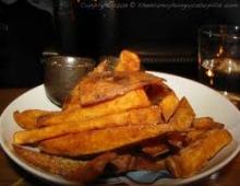 Aštriosios bulvių skiltelės su paprikų padažu