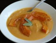 Saldžiųjų bulvių ir pastarnokų sriuba