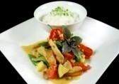 Tailandietiškas viščiukas su kepintomis daržovėmis