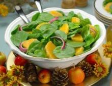 Mandarinų, vištienos ir šviežių špinatų salotos