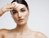 Į ką atkreipti dėmesį renkantis į aknę linkusios odos priežiūros priemones?